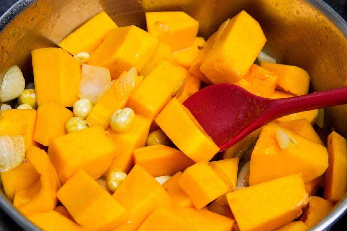 Añadir la calabaza al pochado de cebolla y ajos