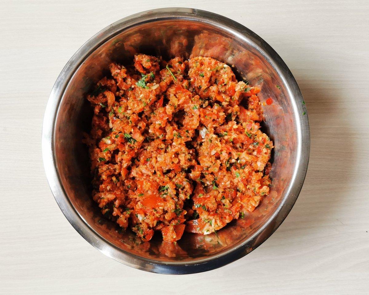 Añadir la carne picada, las especias y el aceite de oliva