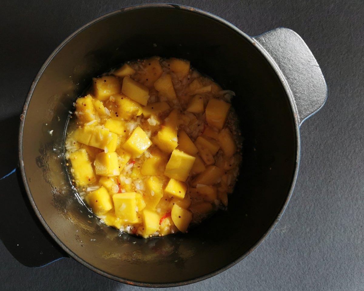Añadir la cebolla picada, la guindilla, el jengibre y el mango