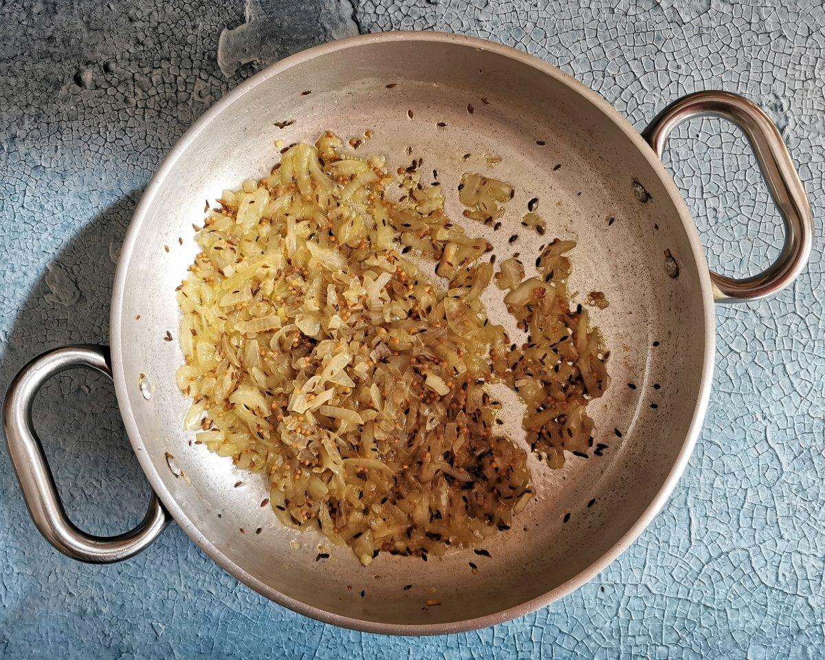 Añadir la cebolla picada y cocinar a fuego medio alto