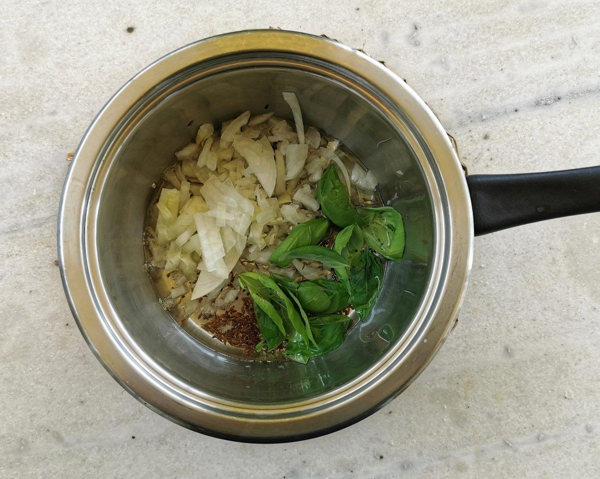 Añadir la cebolla y la albahaca