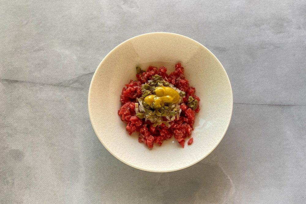 Añadir la mostaza, el AOVE, la salsa Worcestershire y las gotas de tabasco
