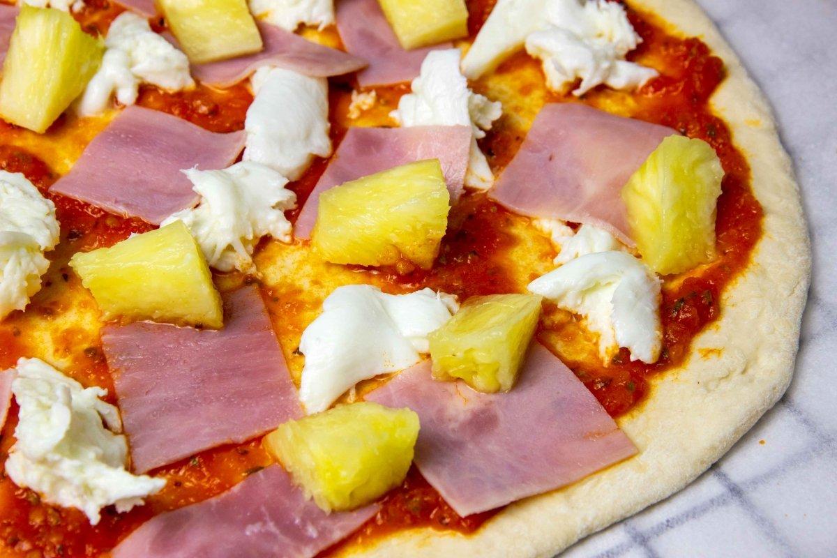 Añadir la piña a la pizza hawaiana
