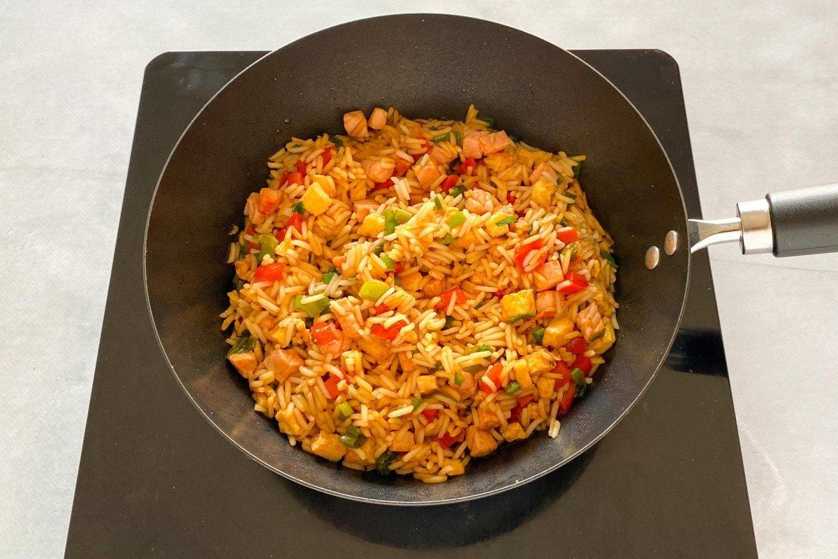 Añadir la soja al arroz chaufa y retirar del fuego