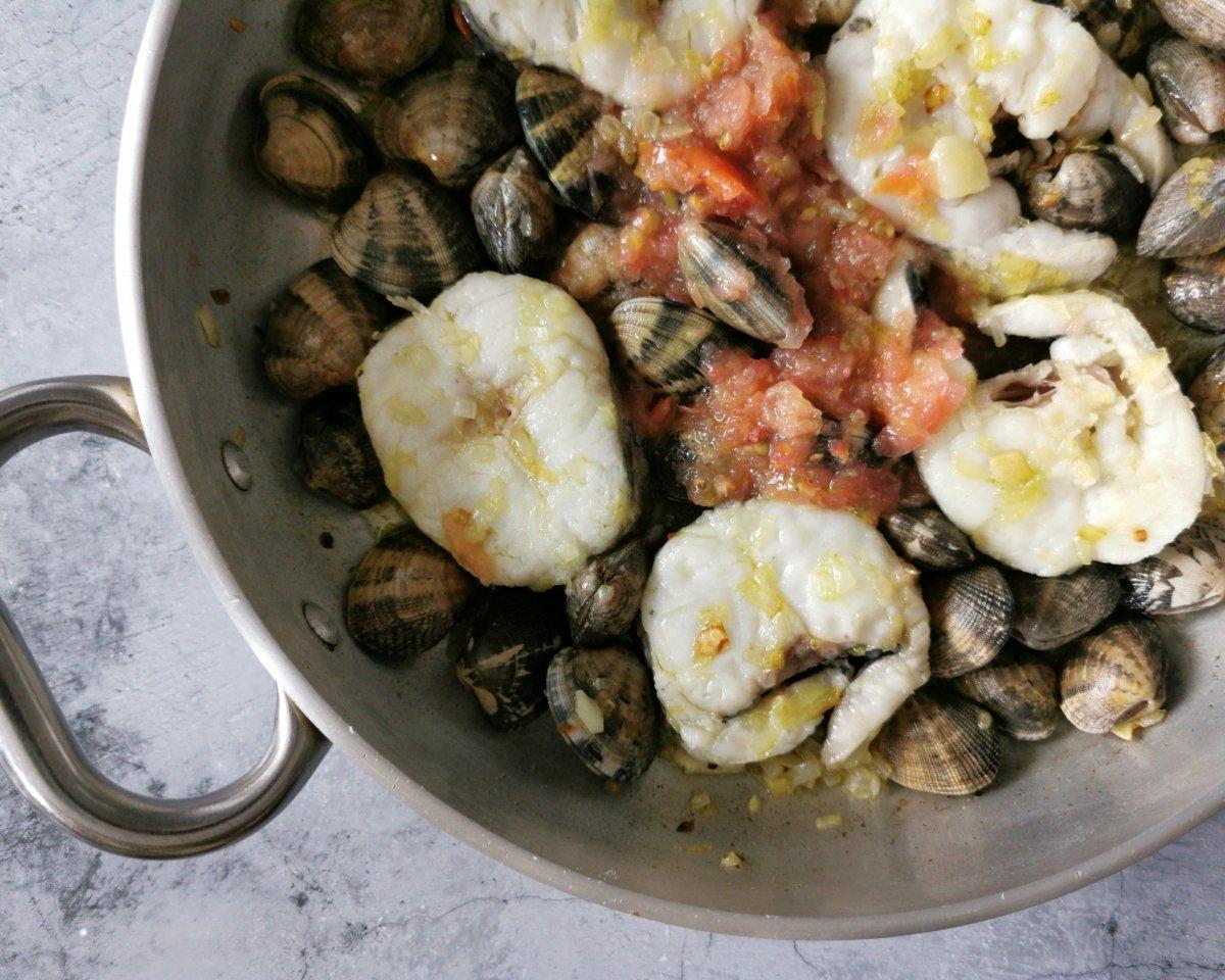 Añadir las almejas y el tomate rallado