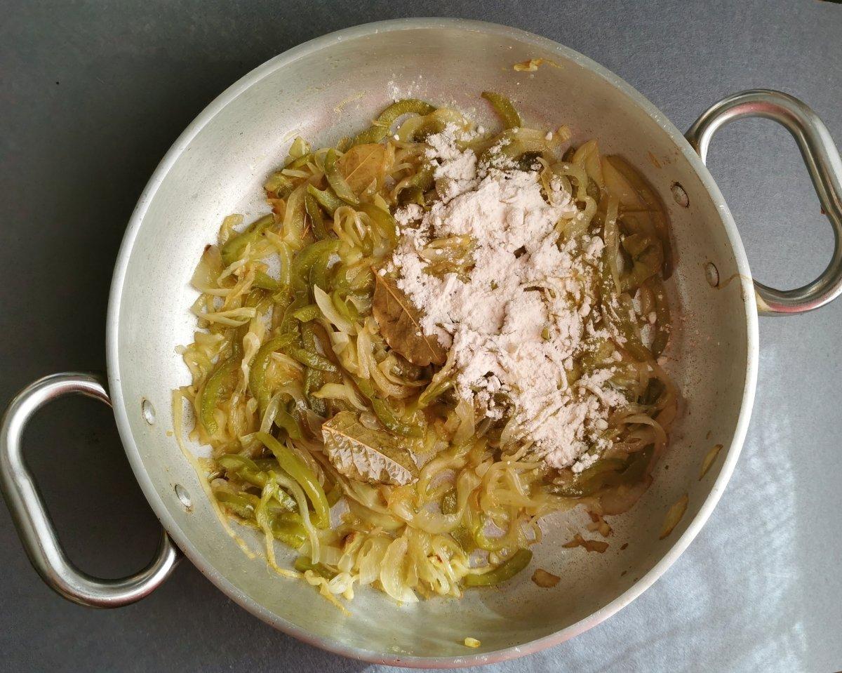 Añadir las hojas de laurel y la harina