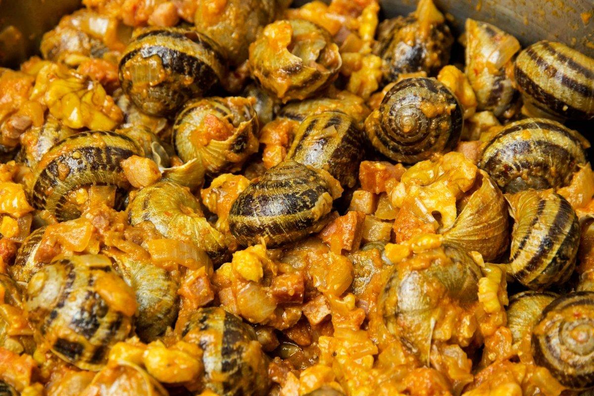 Añadir las nueces peladas y los caracoles para hacer los caracoles montañesa