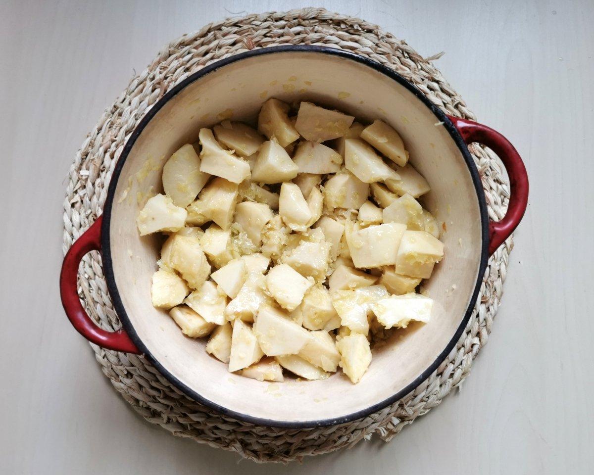 Añadir las patatas al sofrito y rehogarlas un minuto