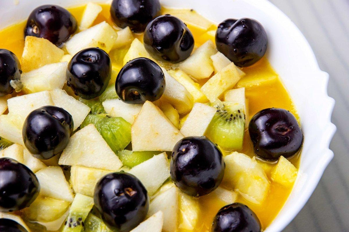 Añadir las picotas a la macedonia de frutas