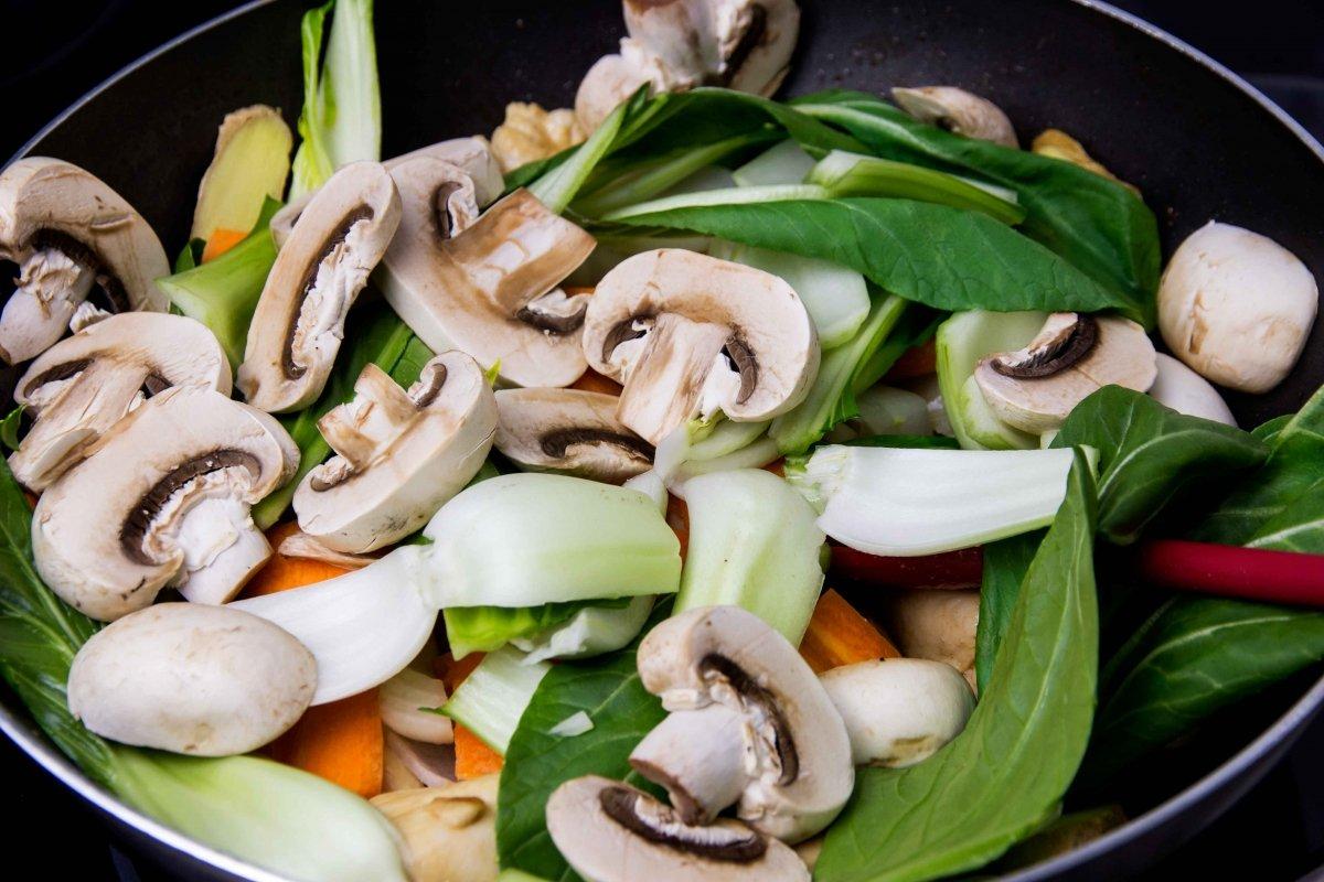 Añadir las verduras al wok para saltear con el pollo para el chop suey