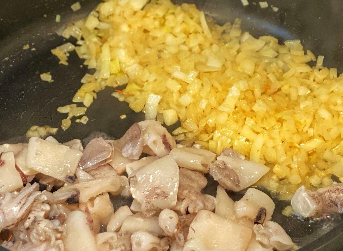Añadir los calamares junto con la cebolla