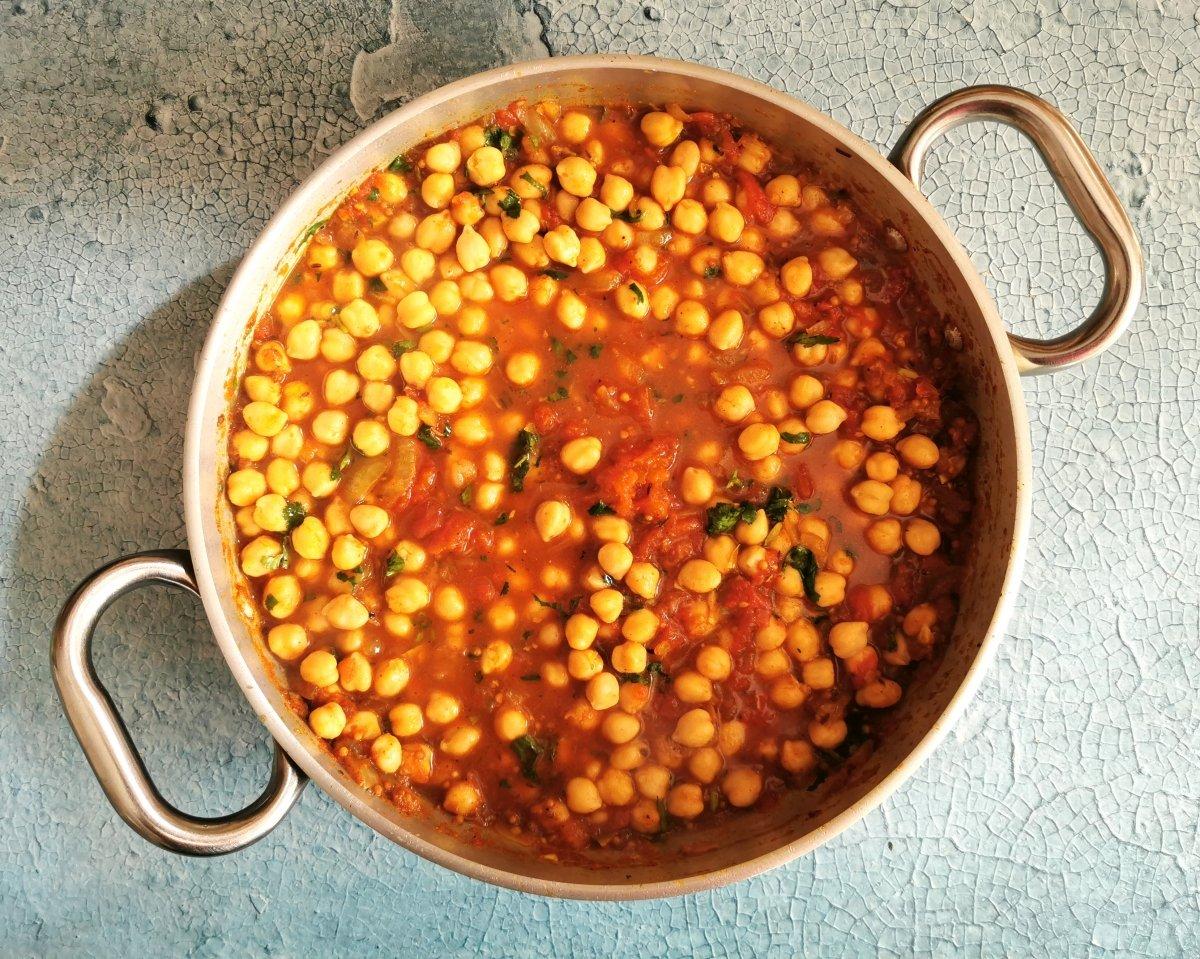 Añadir los garbanzos cocidos y el cilantro picado