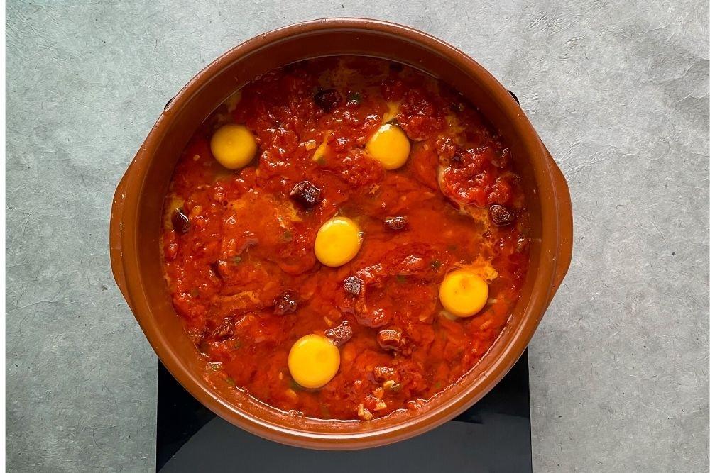 Añadir los huevos a la cazuela