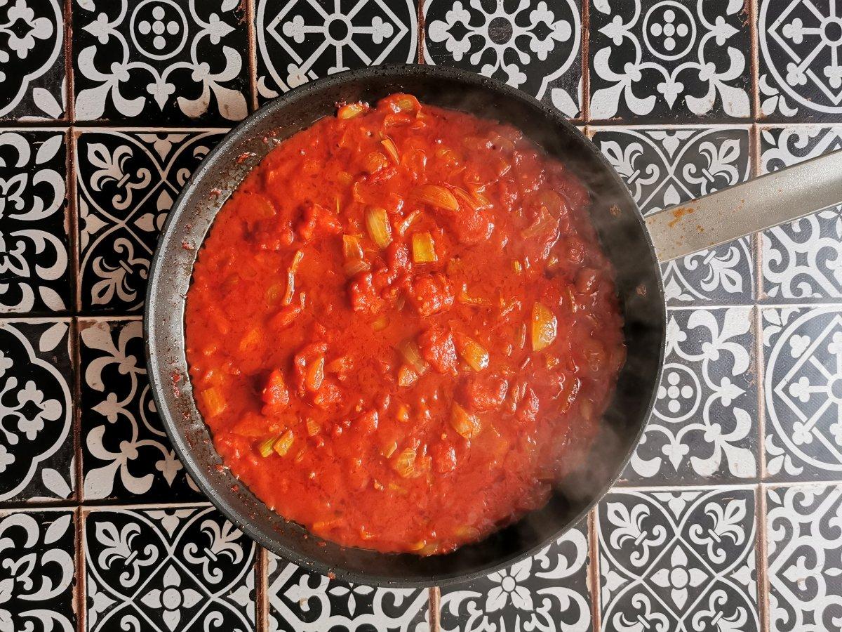 Añadir los tomates pelados, rotos en tropezones