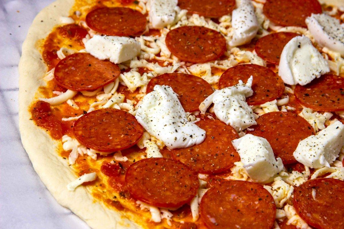 Añadir mozzarella de búfala a la pizza pepperoni