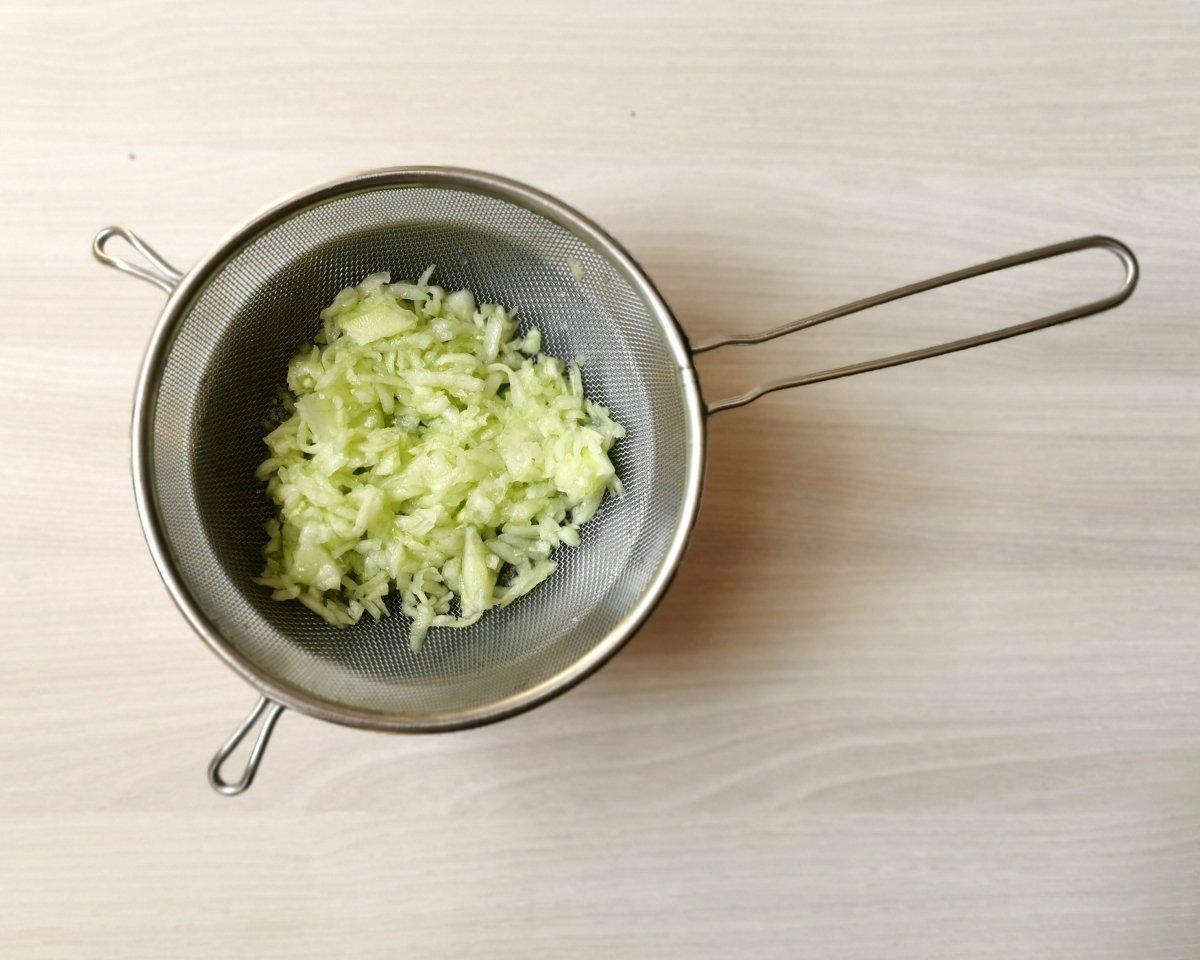 Añadir un poco de sal al pepino y dejarlo escurrir unos minutos