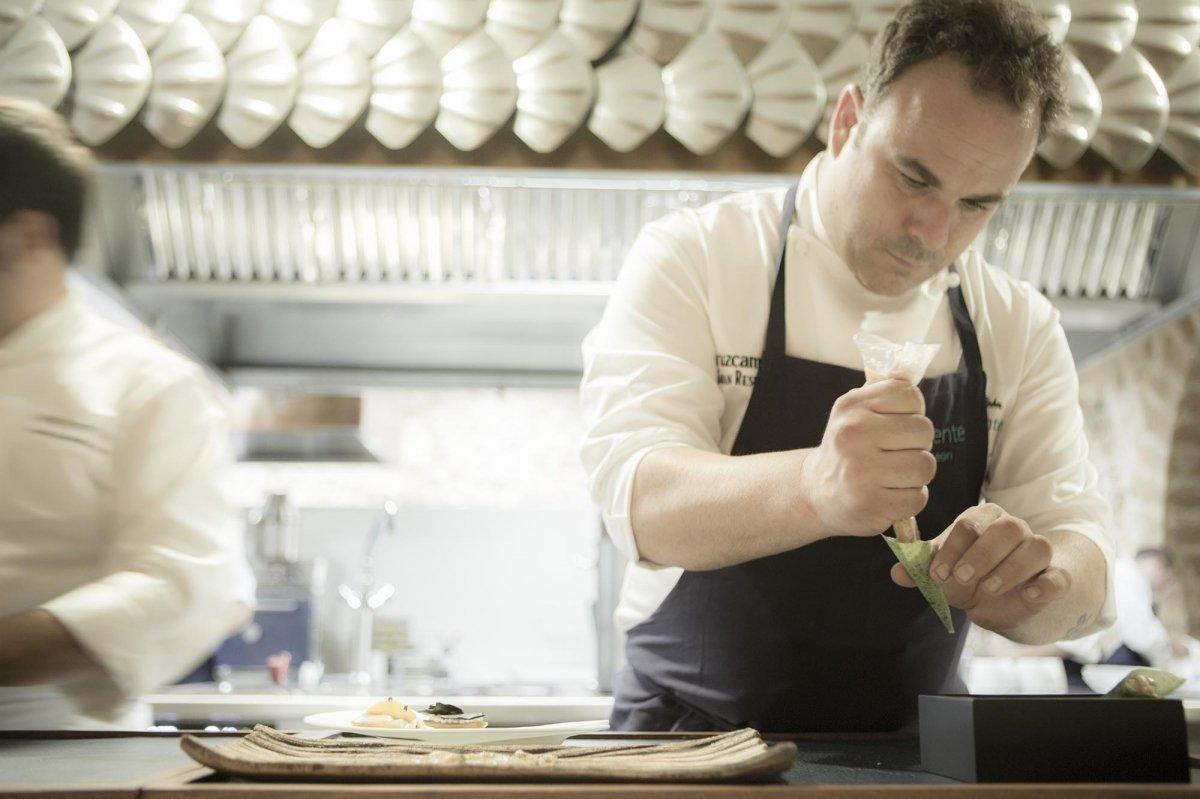 Ángel León preparando uno de sus platos en la cocina del restaurante Aponiente