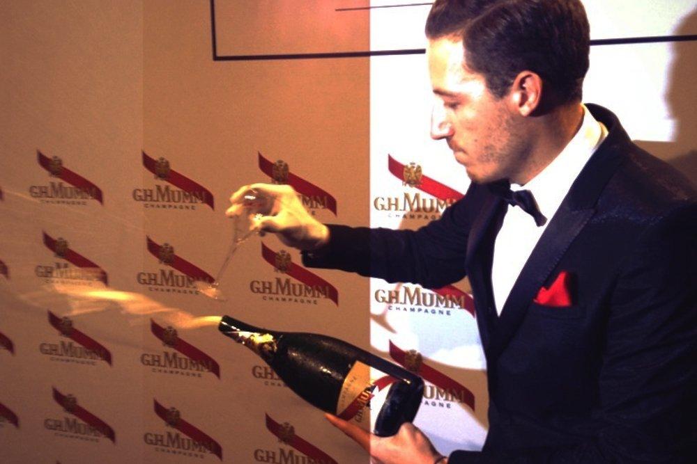 Ángel Martínez abriendo una botella de champán