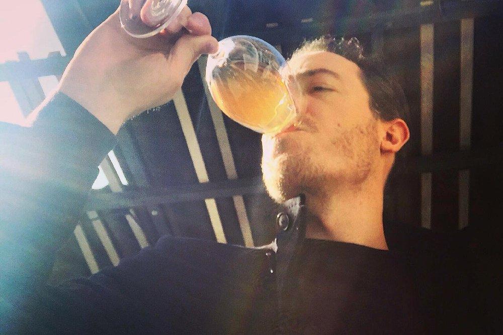 Ángel Martínez bebiendo de una copa