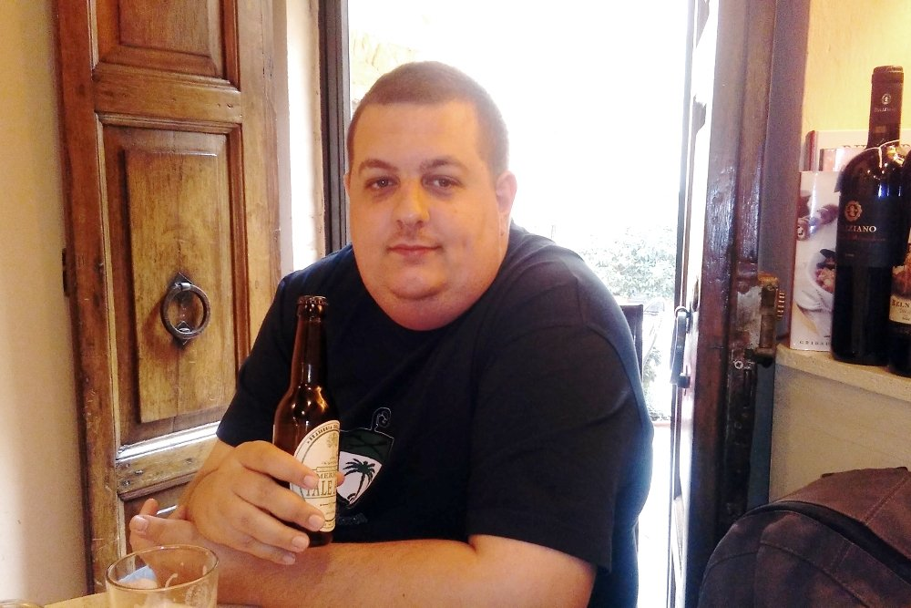 Antony Peel probando una cerveza