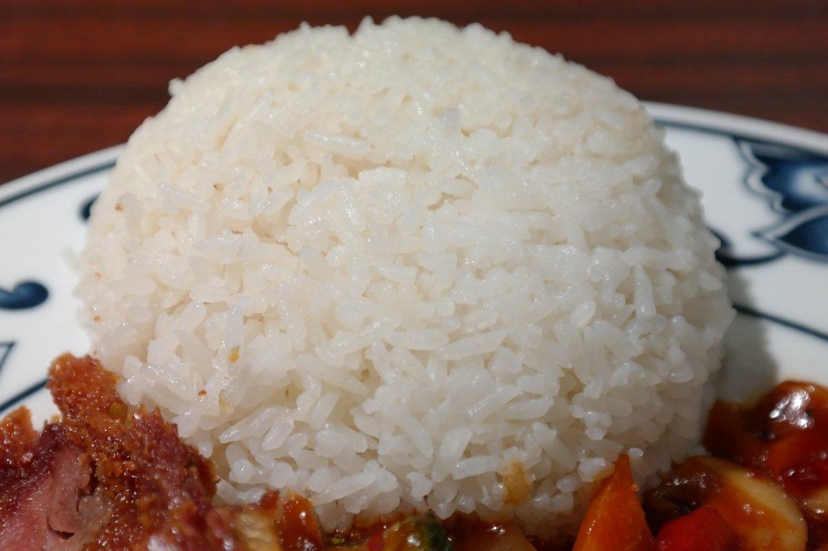 Arroz blanco acompañando un plato de la gastronomía china