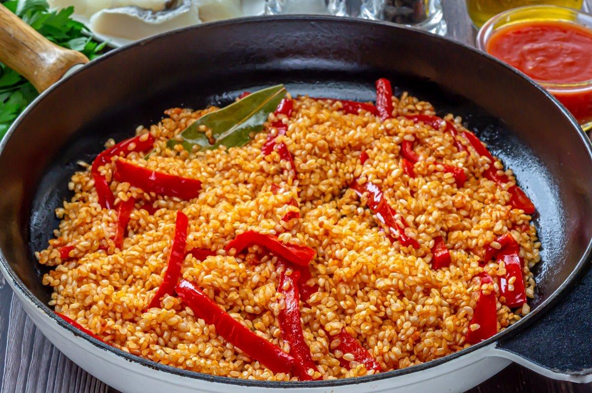 Arroz con bacalao (rehogar el arroz)