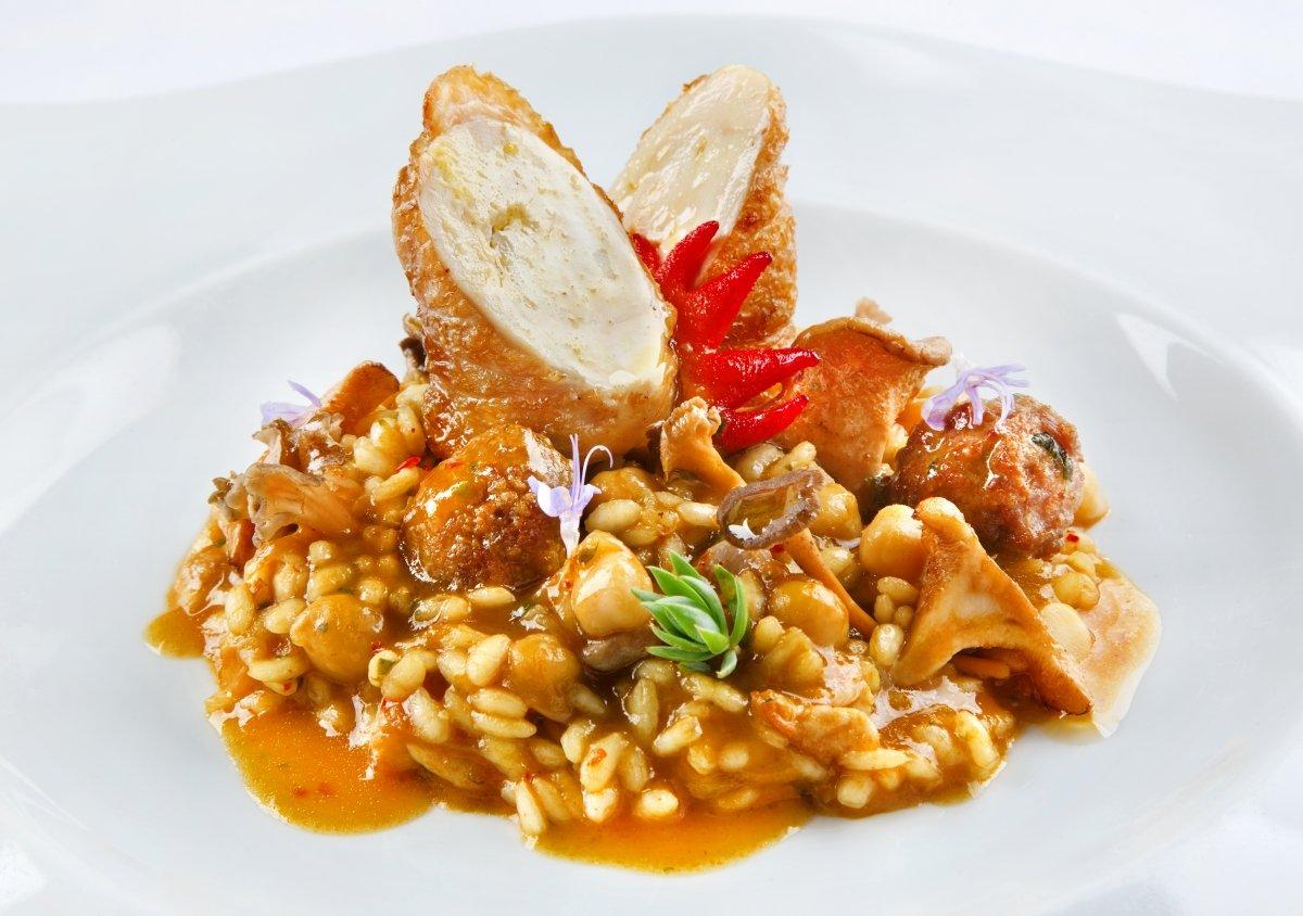 Arroz de gallo con albóndigas, setas de pino y garbanzos tiernos del restaurante Casa Pepa
