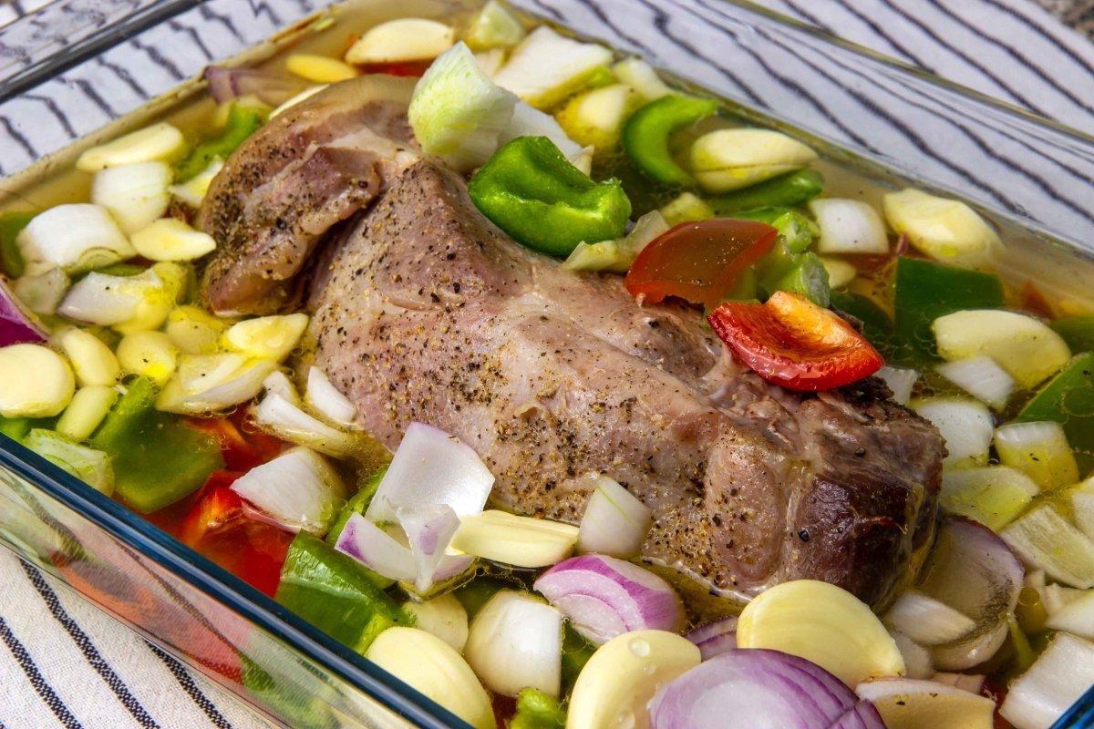 Asar carne para las boudin balls con las verduras, bourbon y agua