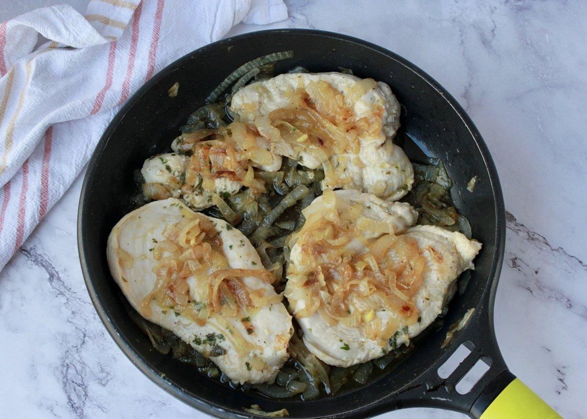 Aspecto de las pechugas de pollo tras haber sido doradas junto con la cebolla