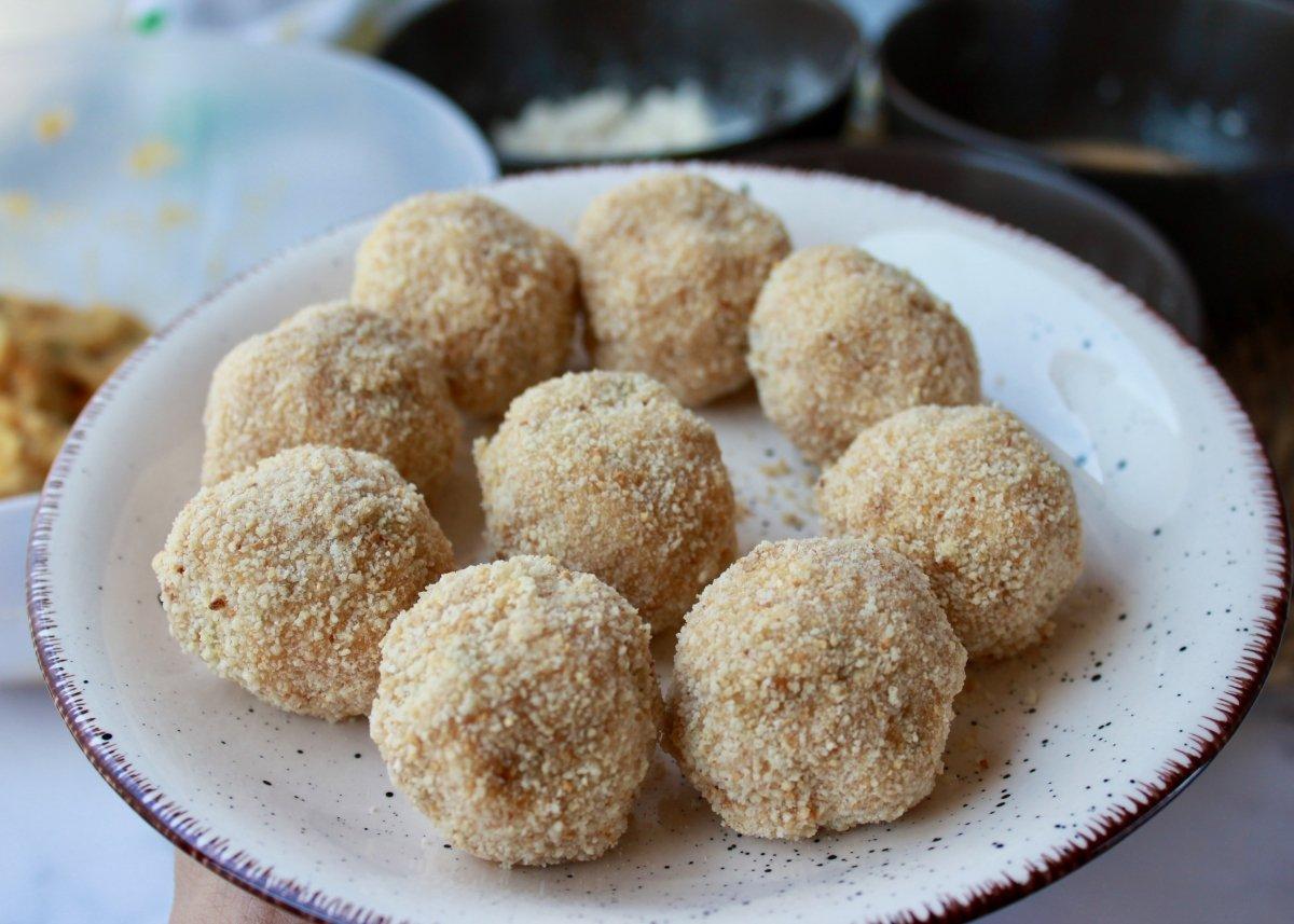 Aspecto que presentan las croquetas de garbanzos una vez rebozadas por harina, huevo y pan rallado