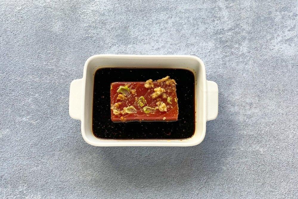 Atún macerando en soja, jengibre, wasabi y aceite de sésamo