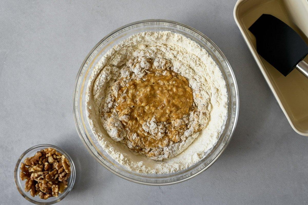 Banana bread, añadir la harina de trigo