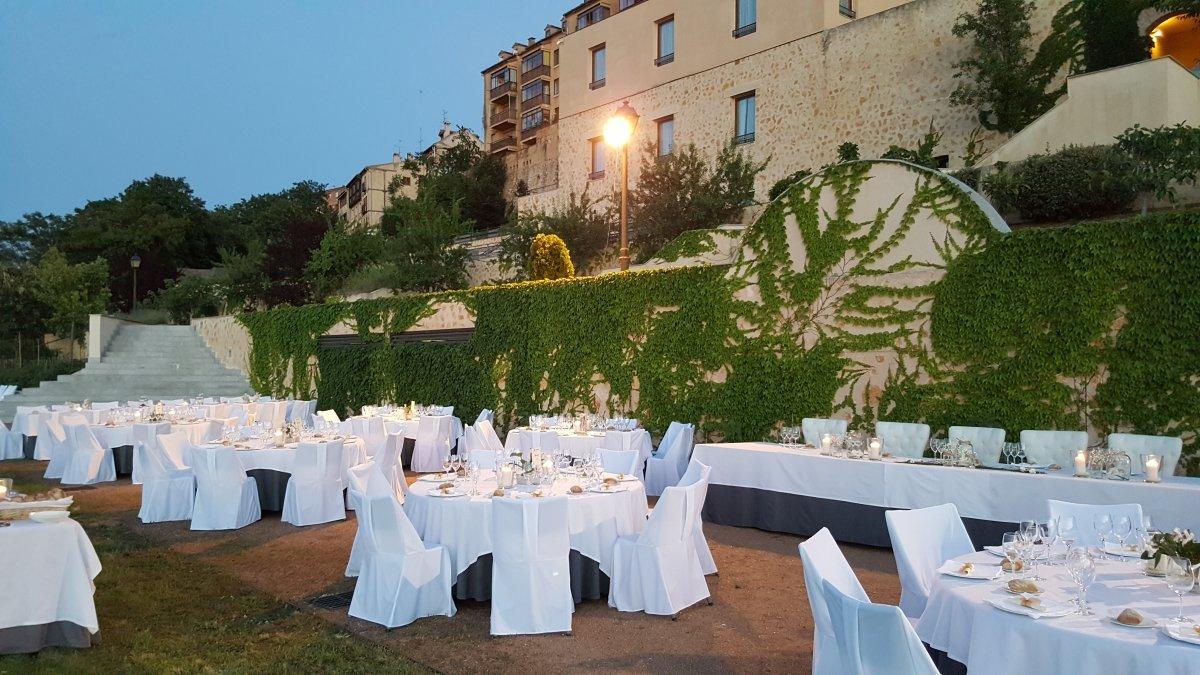Banquete en el exterior del completo del restaurante Villena