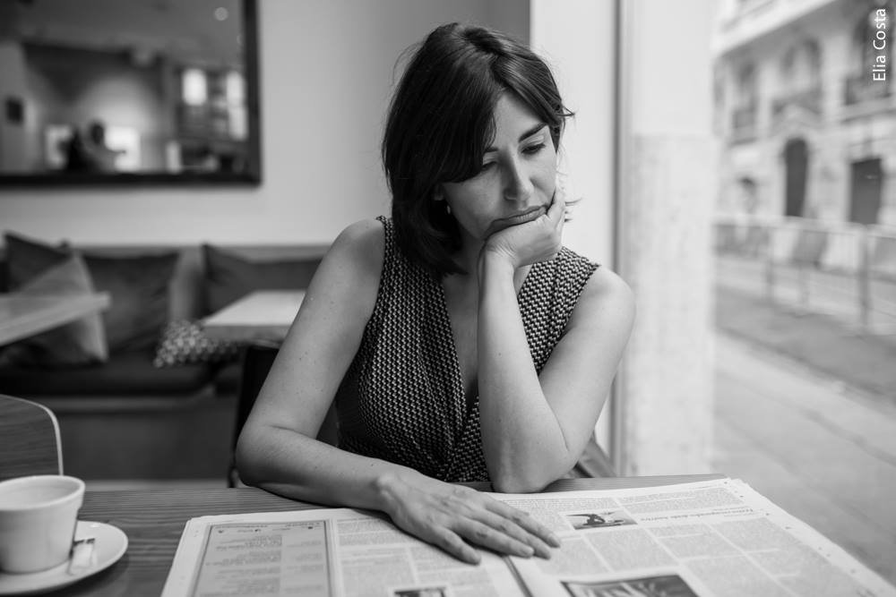 Bárbara Blasco leyendo el periódico
