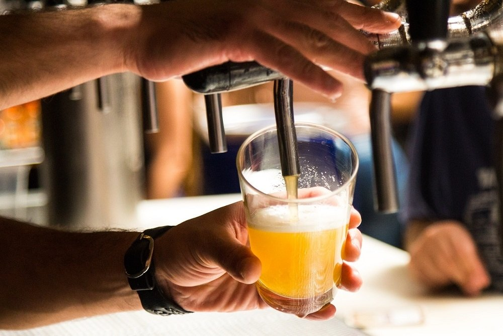 Barman sirviendo una cerveza IPA