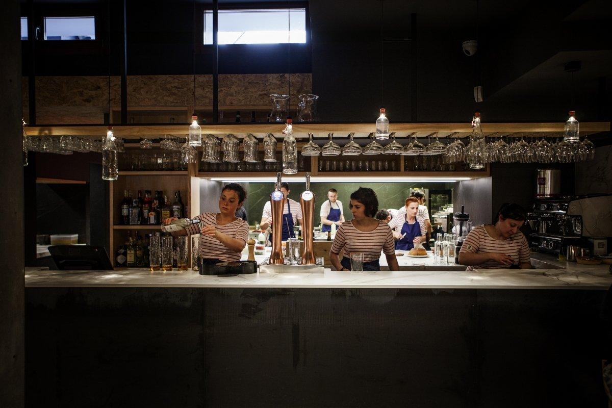 Barra, con la cocina abierta al fondo, del restaurante TOPA Sukaldería