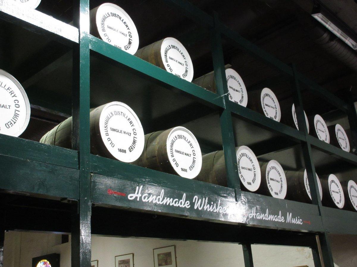 Barricas de whisky añejándose en las instalaciones de Bushmills