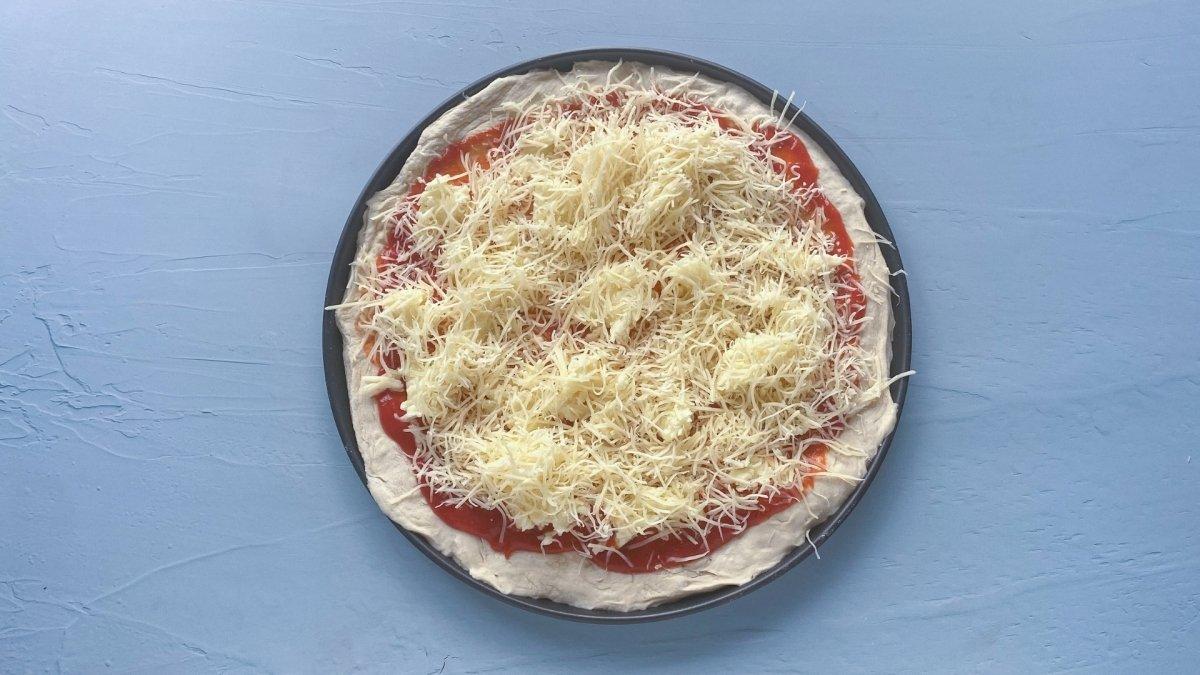 base de pizza con mezcla de queso mozarrella y emmental