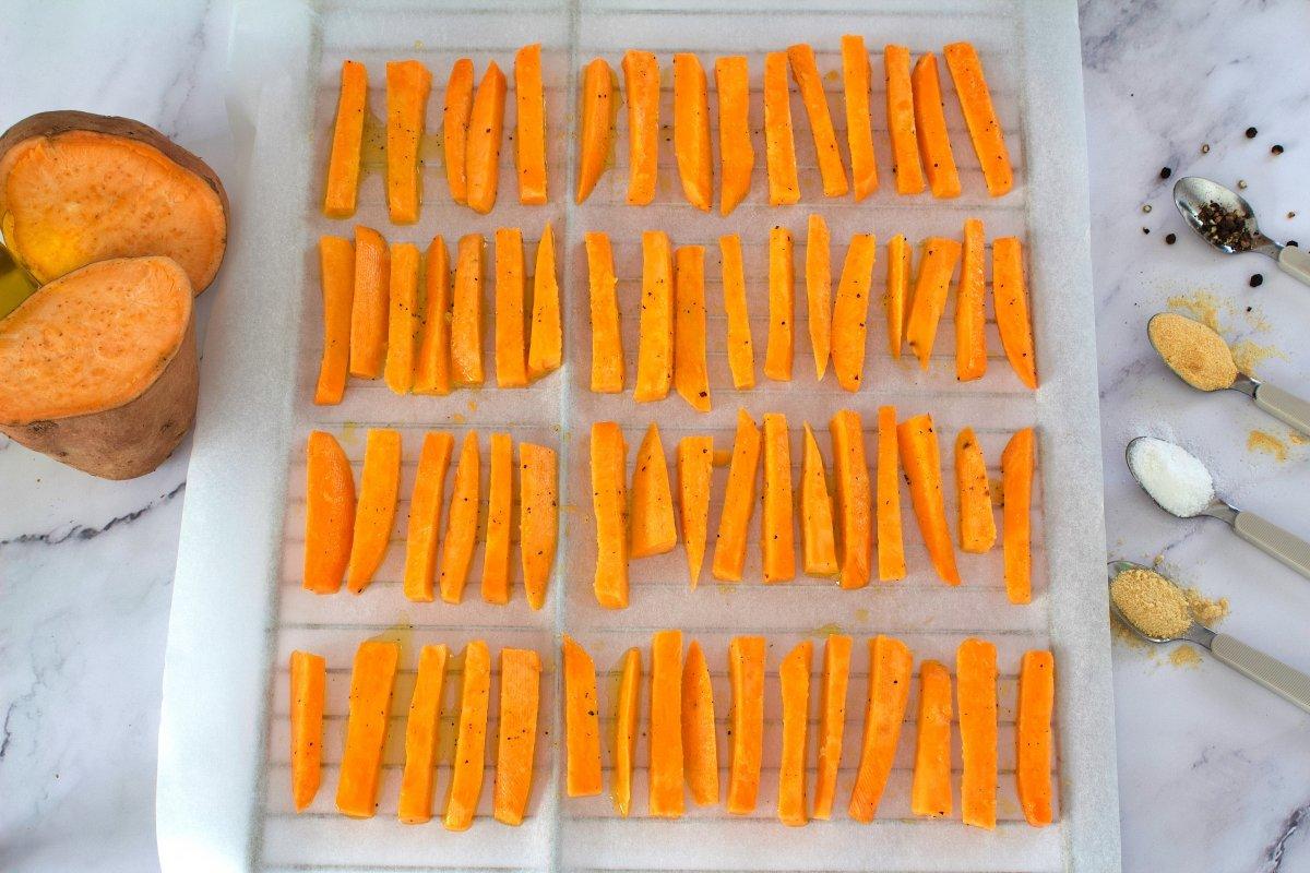 Bastones de boniato sobre la rejilla del horno
