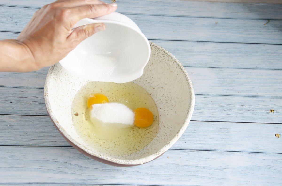 Batiendo huevos con azúzar para las madeleines