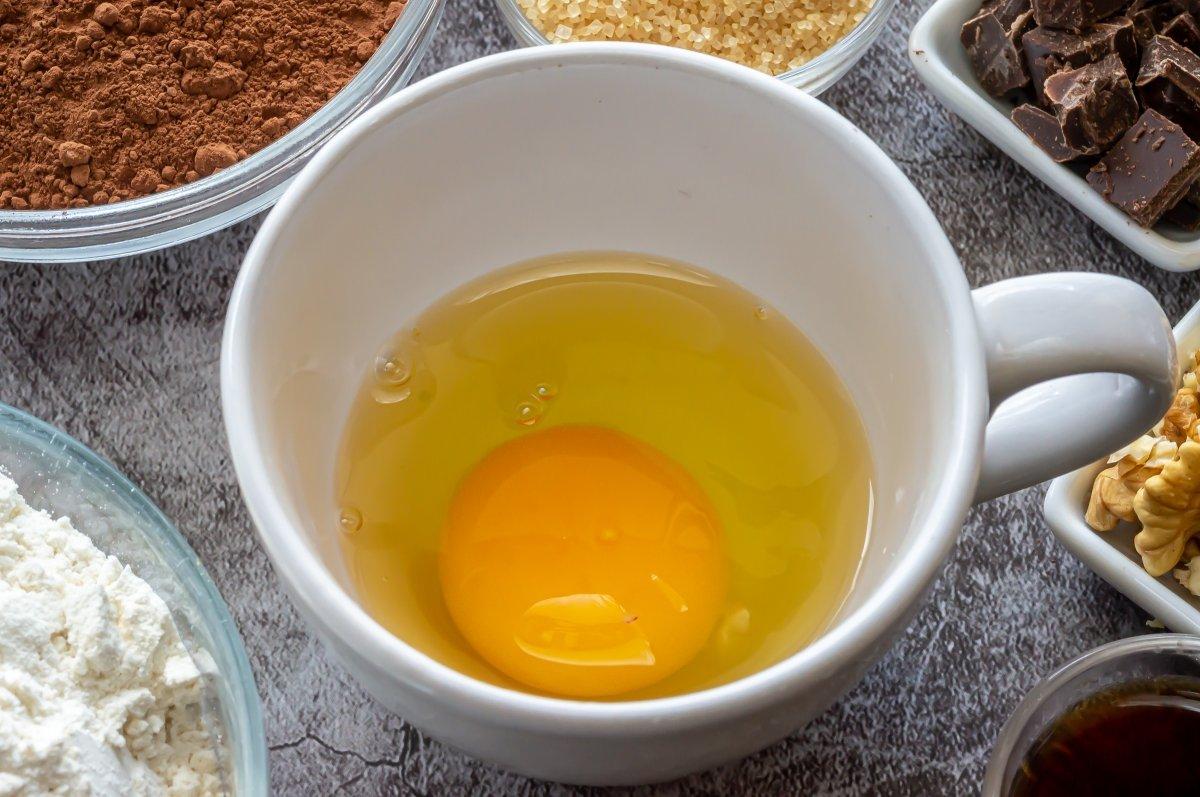 Batir el huevo en la taza