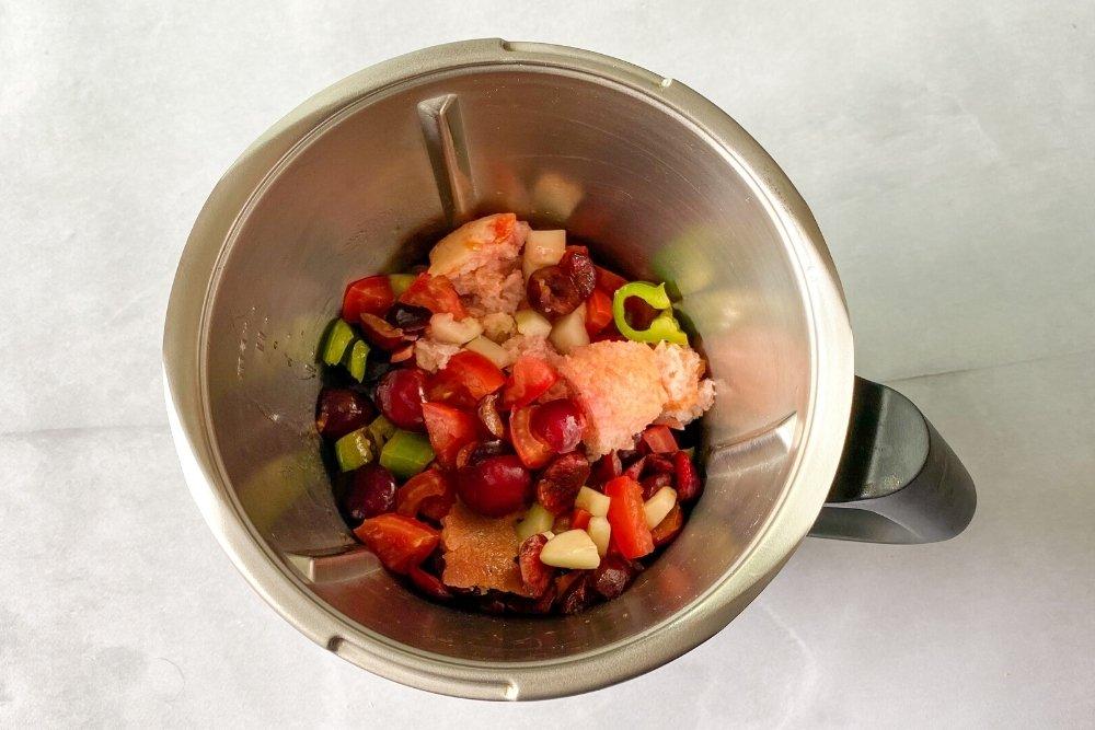 Batir en el procesador de alimentos el gazpacho de cereza