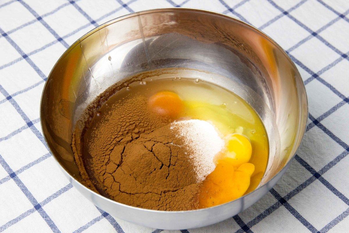 Batir huevos, azúcar y cacao para el flan de chocolate
