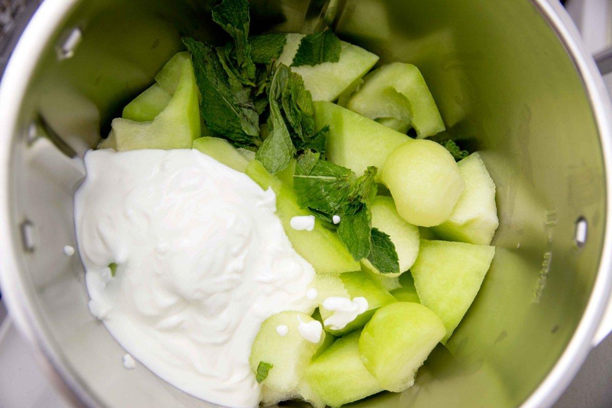 Batir los ingredientes para la sopa fría de melón y menta