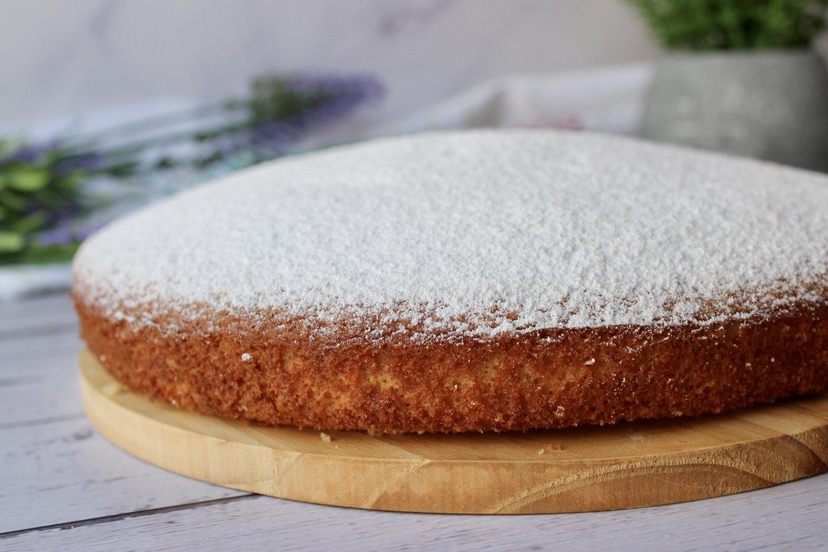 Bizcocho de nata cubierto con azúcar glass