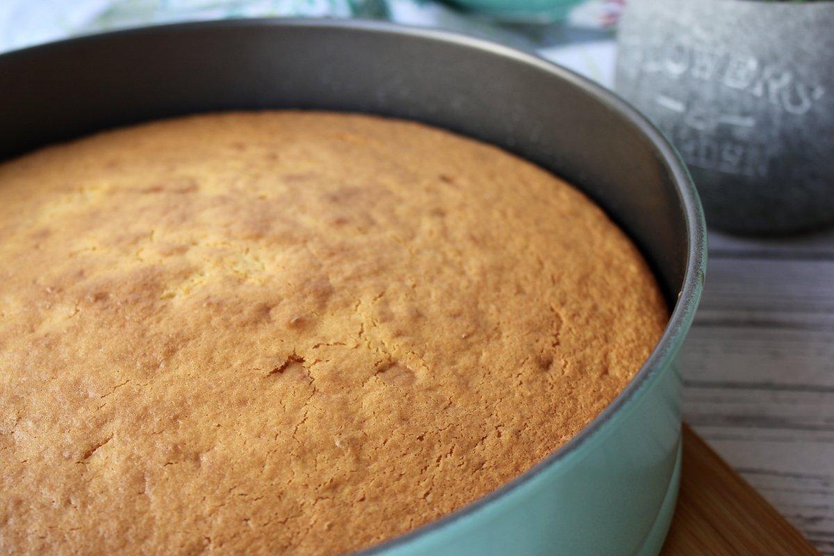 Bizcocho de nata recién sacado del horno antes de retirar el molde