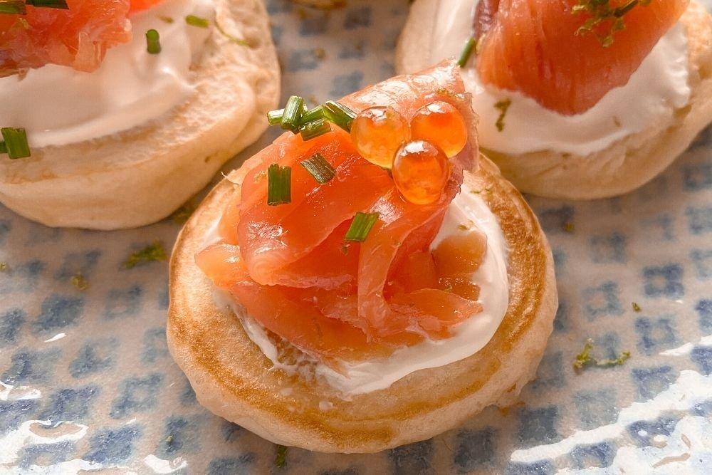 Blinis con salmón y creme fraiche