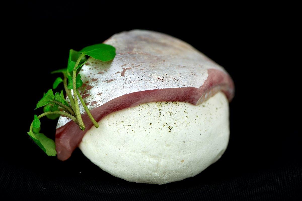 Bocado de sardina ahumada con un merengue seco y polvo de codium del restaurante Culler de Pau