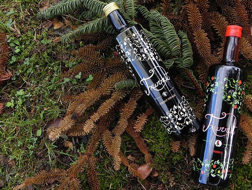 Bodegón de dos botellas de vermut Txurrut