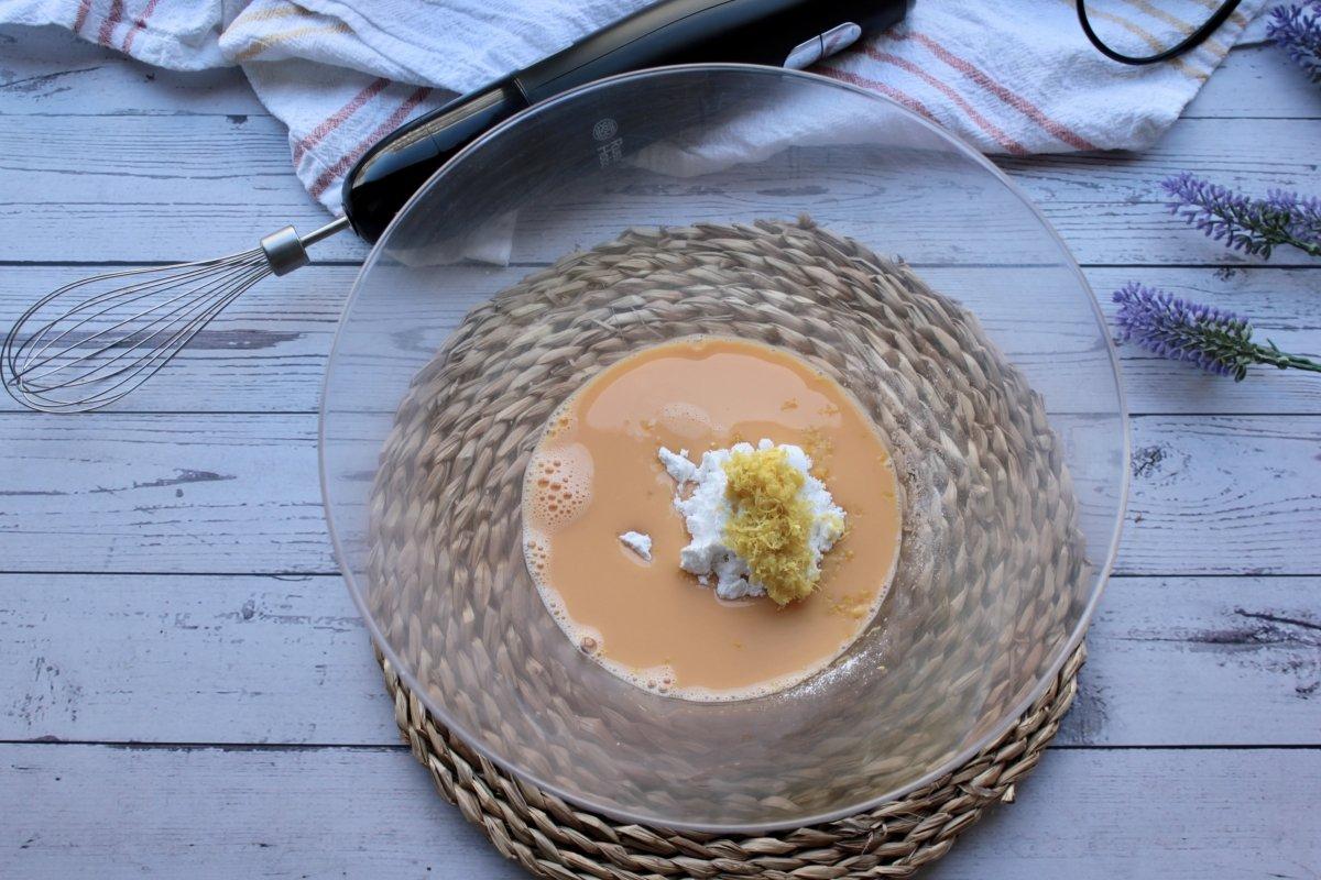 Bol con huevos, azúcar glass y ralladura de limón previo a su batido